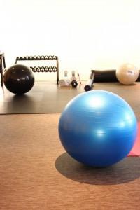 バランスボールを使って素早く体幹を鍛える方法