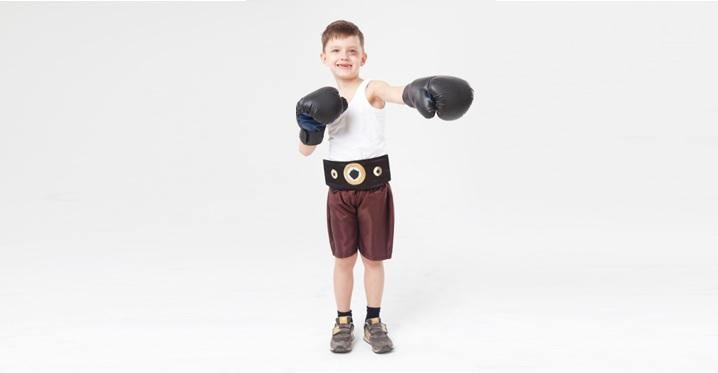 ボクシングをする外人の男の子