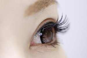 目の高さが違う事を直す事は可能なのか?