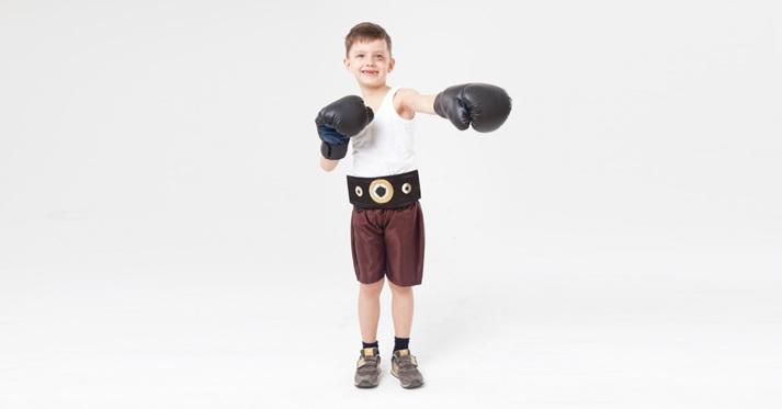 ボクシングをする少年