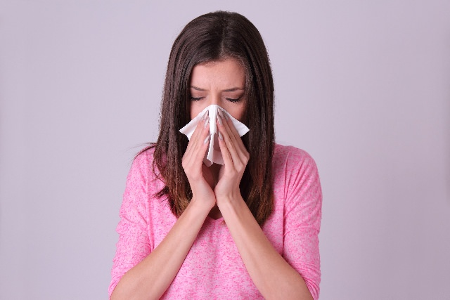 鼻水鼻づまりの女性