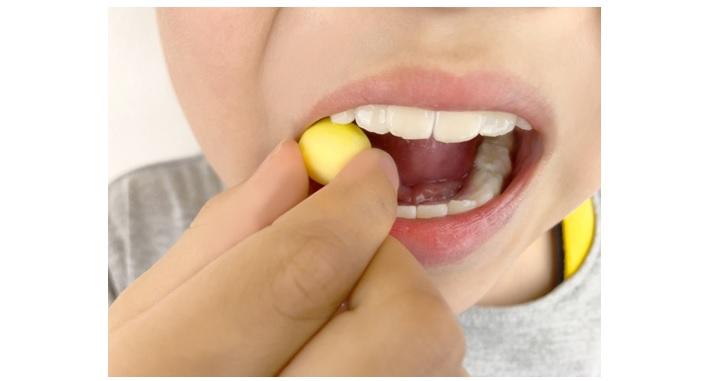 チューインガムを噛む子供