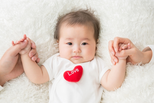 正面からのかわいい赤ちゃん