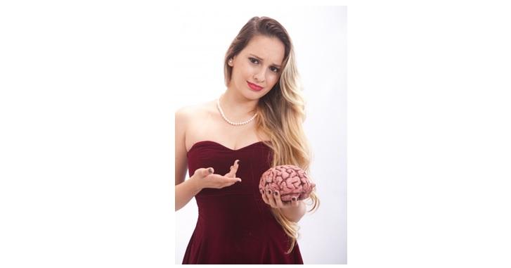 脳を指さす女性