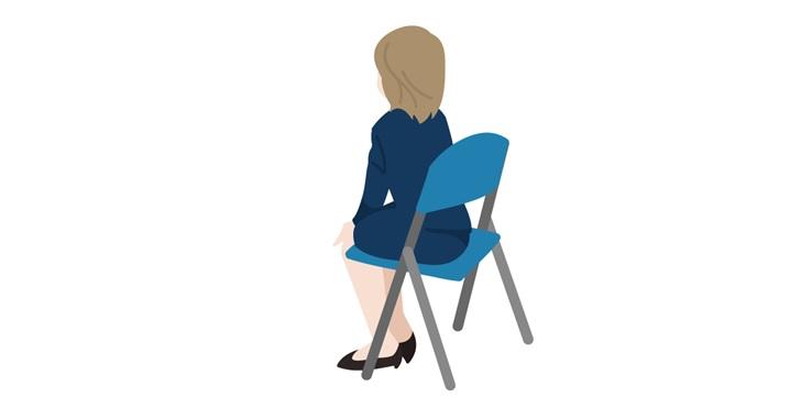 斜め後ろから見た椅子に座る女性
