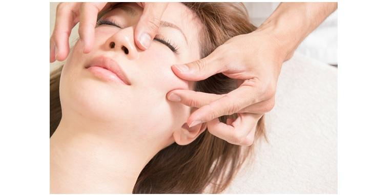 肌をつまむマッサージ方法