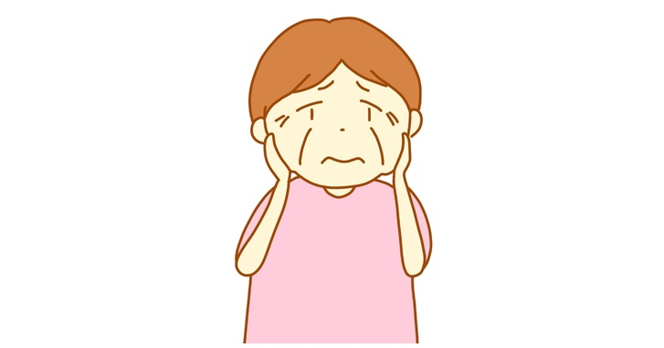 顔のたるみを懸念する中年女性