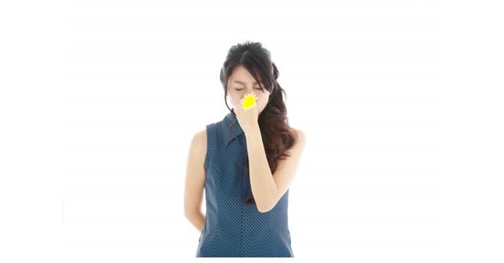 鼻をつまみ痛める女性