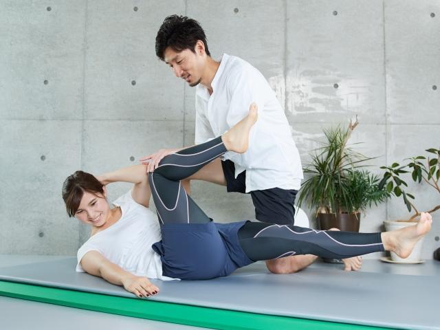 体操指導を行うトレーナー